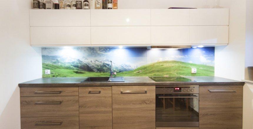 kuchnia-na-wymiar-biało-drewniana-panel-gory-2