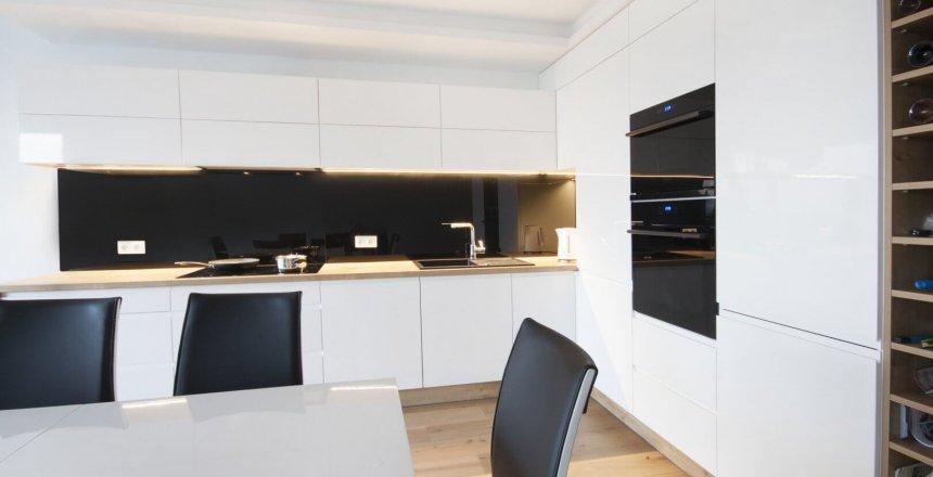 kuchnia-na-wymiar-biala-czarny-panel-2