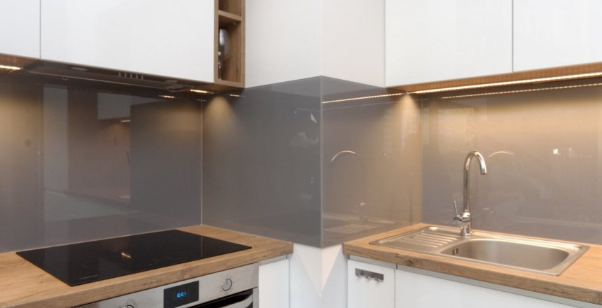 kuchnia-na-wymiar-biala-drewniany-blat-brazowy-panel-2