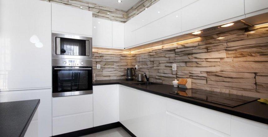 kuchnia-na-wymiar-biala-lakierowana-panel-kamien-1