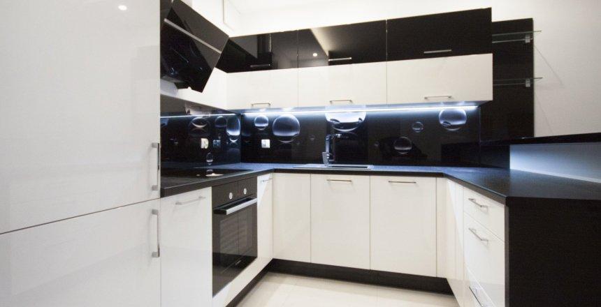 kuchnia-na-wymiar-bialo-czarna-czarny-panel-2