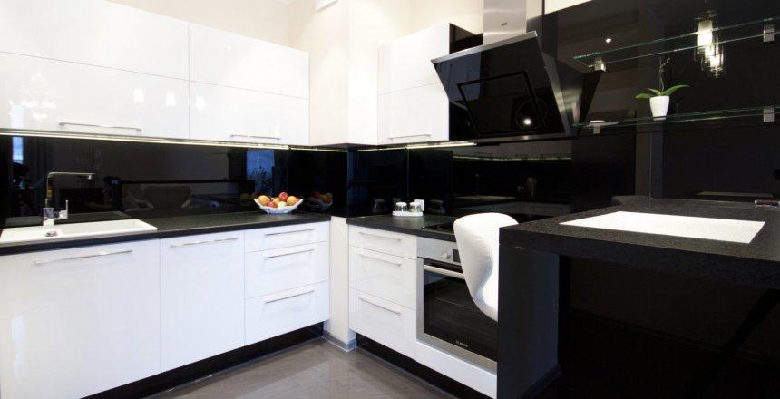 kuchnia-na-wymiar-bialo-czarna-nowoczesna-1