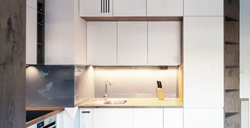 kuchnia-na-wymiar-bialo-drewniana-szary-panel-1