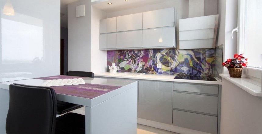 kuchnia-na-wymiar-bialo-szara-kolorowy-panel