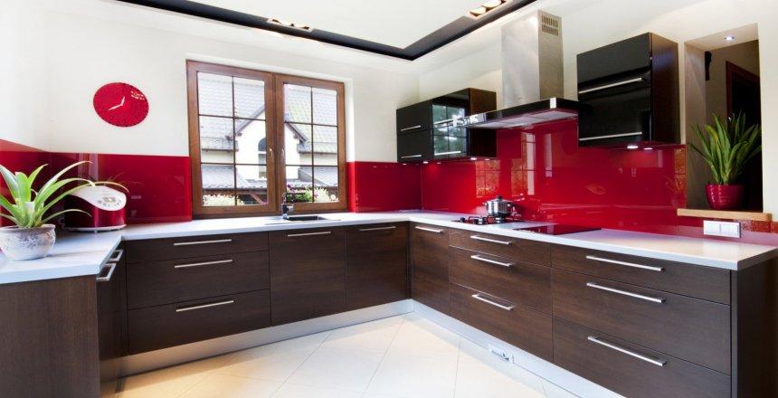 kuchnia-na-wymiar-brązowa-czerwony-panel-1