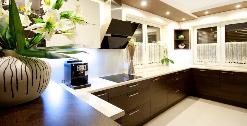 kuchnia-na-wymiar-brazowa-bialy-panel
