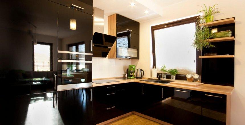 kuchnia-na-wymiar-czarna-z-drewnem-1