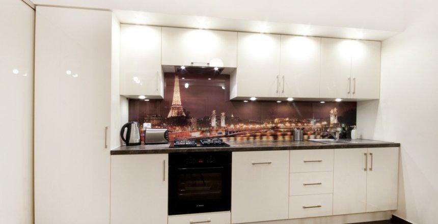 kuchnia-na-wymiar-kremowa-panel-brązowy-1