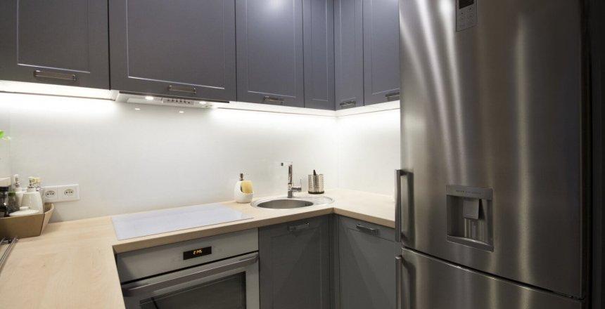 kuchnia-na-wymiar-srebrna-bialy-panel-1